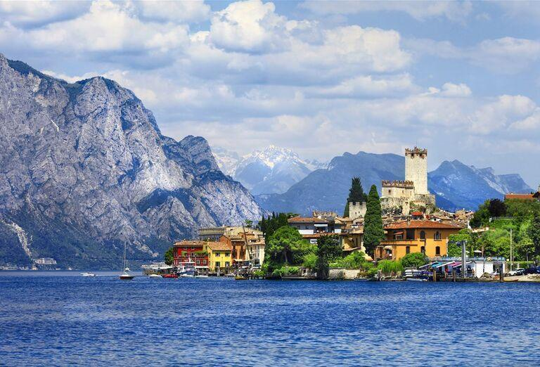 Najkrajšie jazerá Talianska a Švajčiarska s mestečkom
