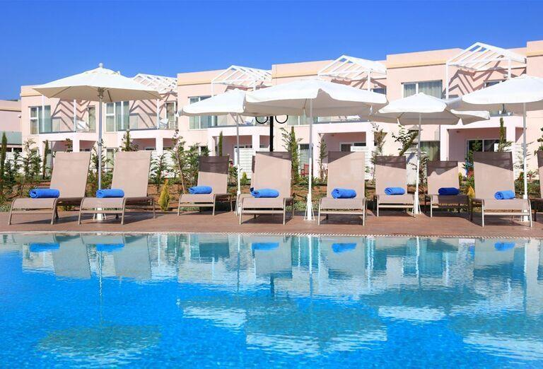 Ležadlá a slnečníky pri bazéne v hoteli Kairaba Sandy Villas
