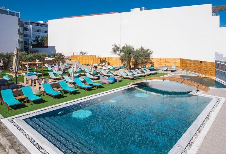 Bazén v hoteli Infinity Blue