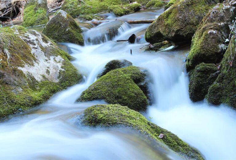 Prírodný park Myrafälle-  tečúci potok