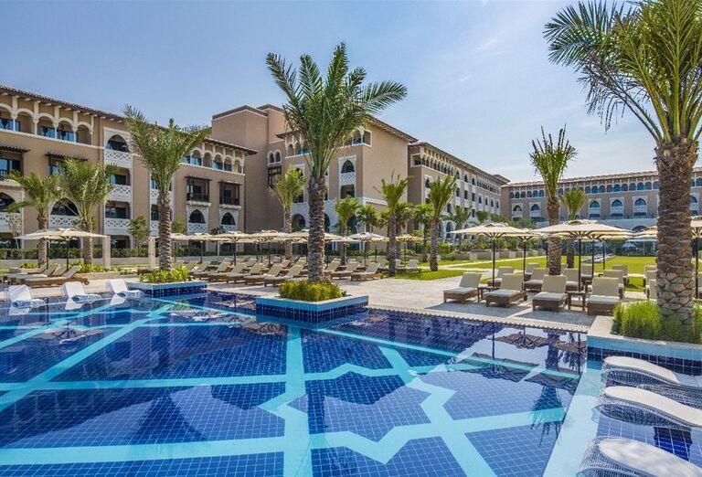 Pohľad od bazéna na hotel Rixos Saadiyat Island Abu Dhabi