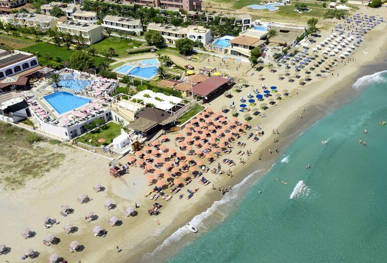 Dlhá piesková pláž pred hotelom Eden Village Kournas