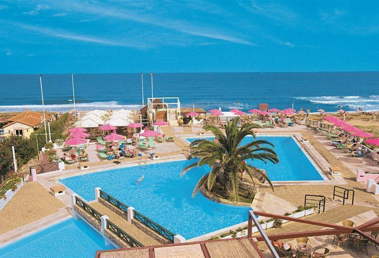 Bazény a výhľad na more v hoteli Eden Village Kournas