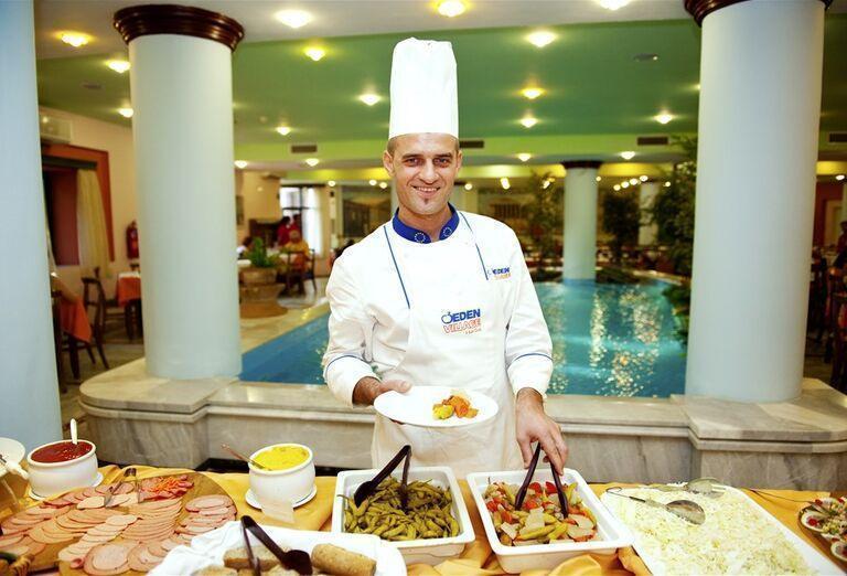 Kuchár ponúkajúci špeciality v hoteli Eden Village Kournas