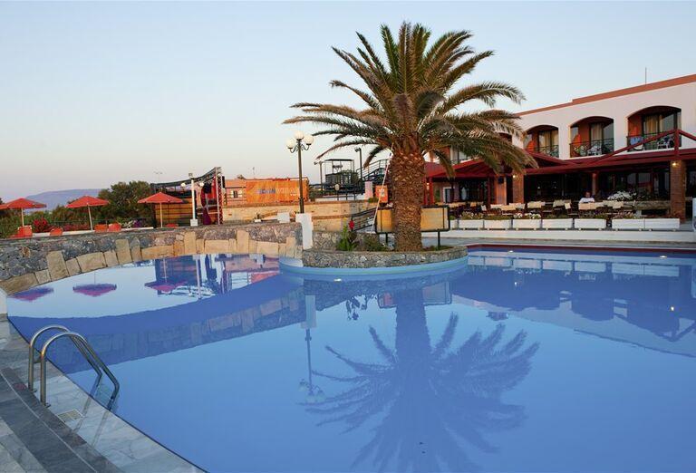 Pohľad od bazéna na hotel Eden Village Kournas