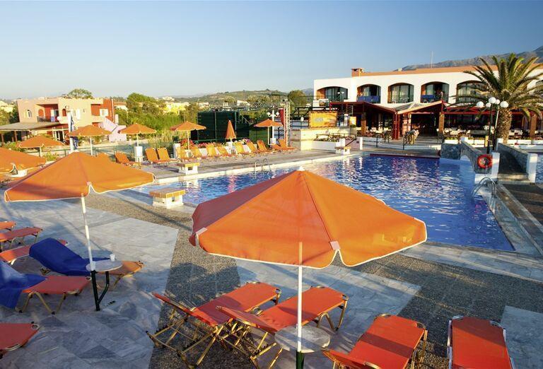 Slnečníky a ležadlá pri bazéne hotela Eden Village Kournas