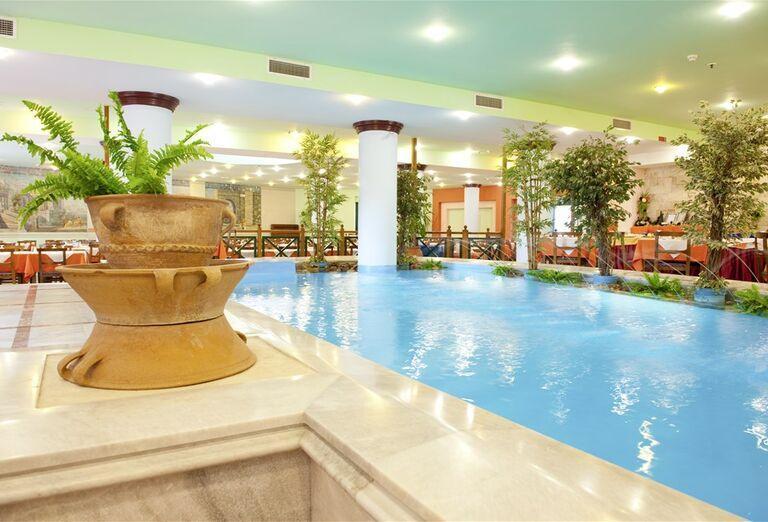 Vnútorný bazénik s fontánkami v hoteli Eden Village Kournas