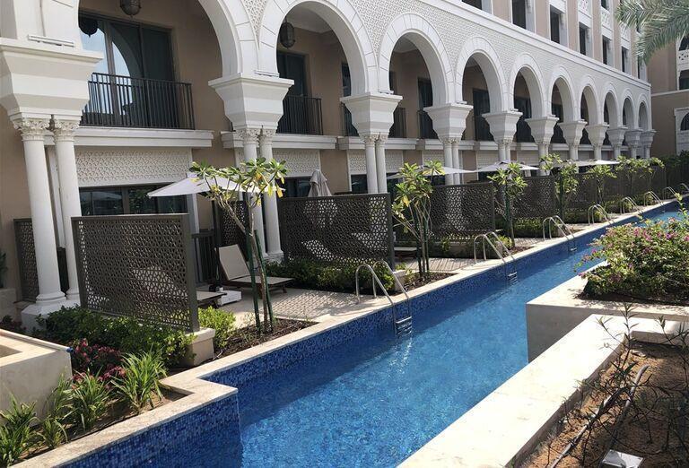 Bazén okolo izieb v hoteli Rixos Saadiyat Island Abu Dhabi