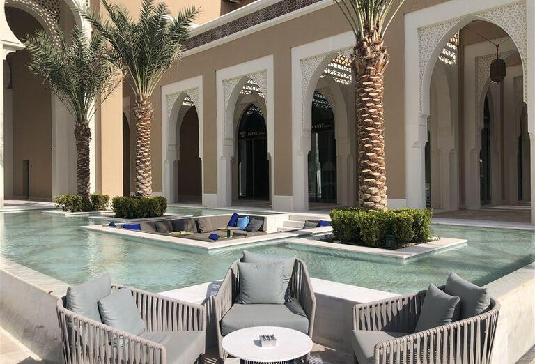 Posedenie pri bazéne v hoteli Rixos Saadiyat Island Abu Dhabi
