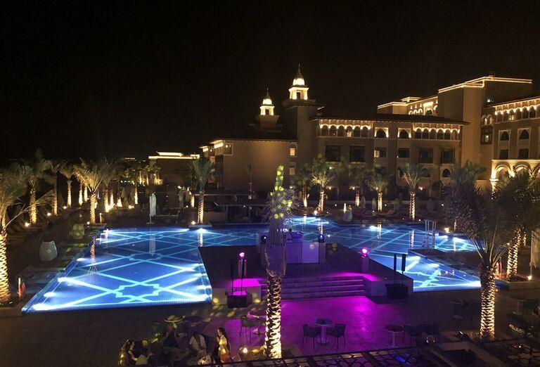 Večerný pohľad na hotel Rixos Saadiyat Island Abu Dhabi