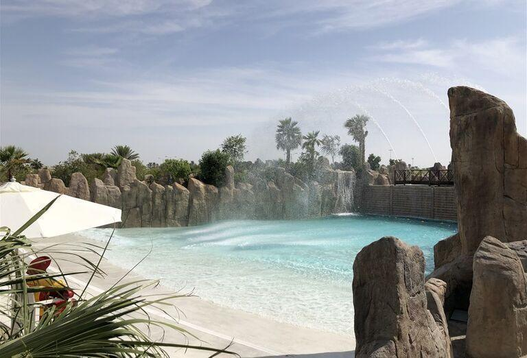 Bazén s kameňmi okolo v hoteli Rixos Saadiyat Island Abu Dhabi