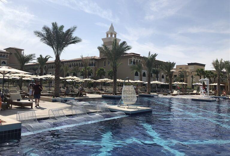 Ležadlá pri bazéne v hoteli Rixos Saadiyat Island Abu Dhabi