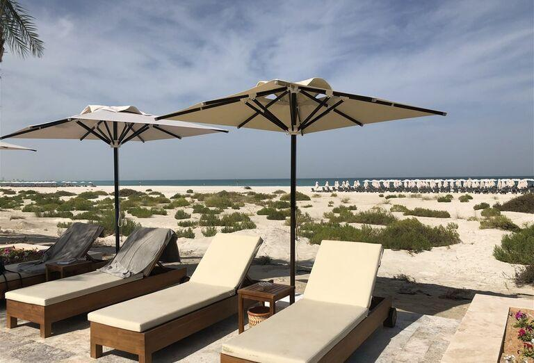 Ležadlá v hoteli Rixos Saadiyat Island Abu Dhabi