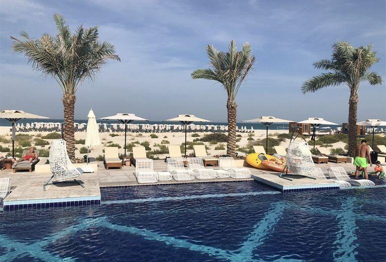 Ležadlá a slnečníky pri bazéne hotela Rixos Saadiyat Island Abu Dhabi