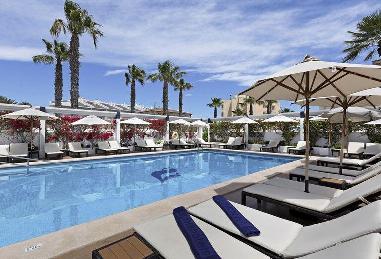 Ležadlá pri bazéne hotela THB Gran Playa