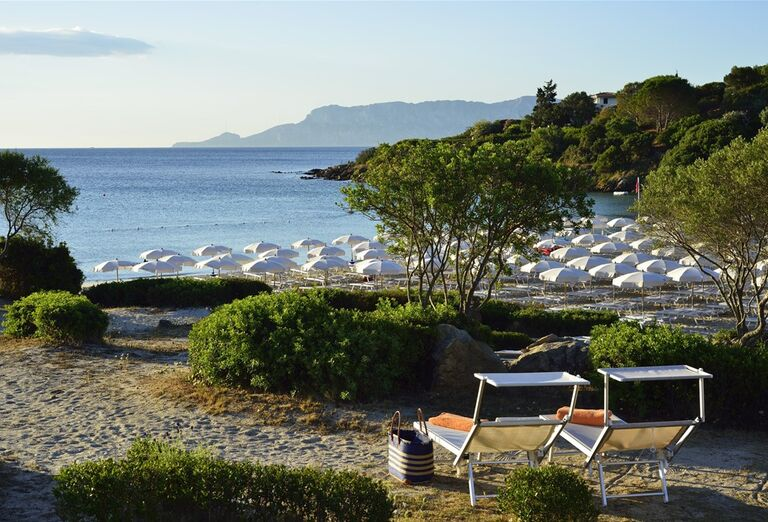 Ležadlá s výhľadom na more v hoteli VOI Colonna Beach
