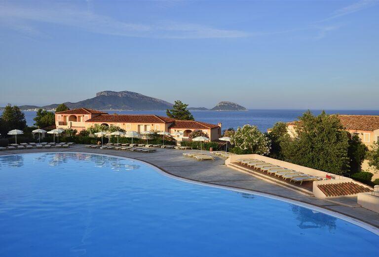 Bazén s výhľadom na more v hoteli VOI Colonna Beach