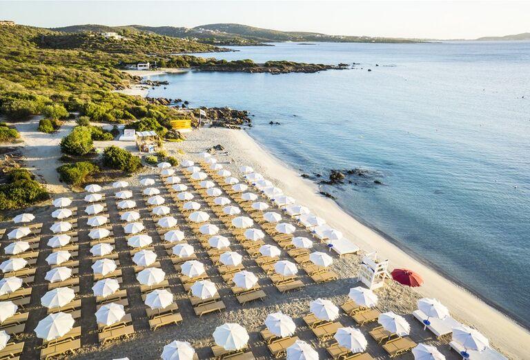 Pohľad z výšky na pláž pre hotelom VOI Colonna Beach