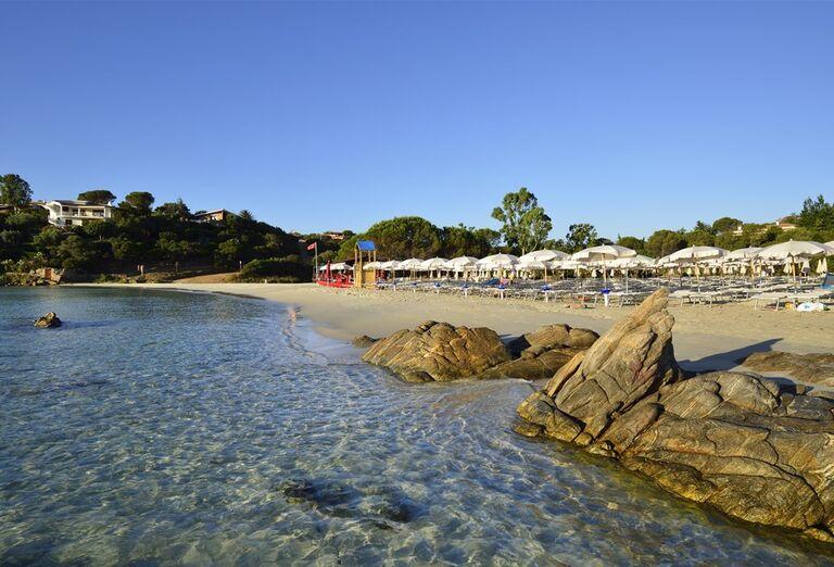 Piesková pláž s kameňmi pred hotelom VOI Colonna Beach
