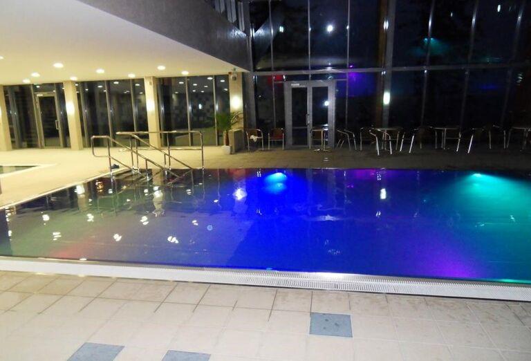 Večerný pohľad na bazén hotela Sorea Trigan