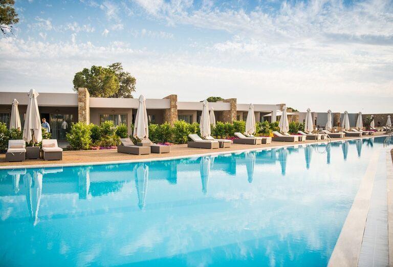 Bazén a pohľad na hotel Ikos Olivia