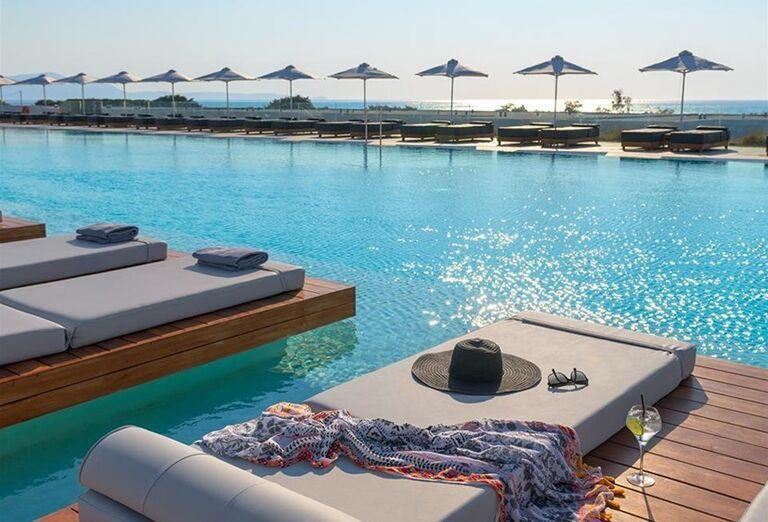 Ležadlá pri bazéne v hoteli Gennadi Grand Resort