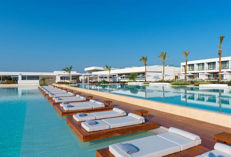 Komfortné ležadlá pri bazéne v hoteli Gennadi Grand Resort