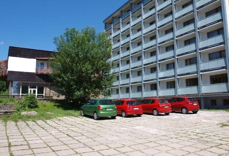 Parkovisko pred hotelom Sorea Urán