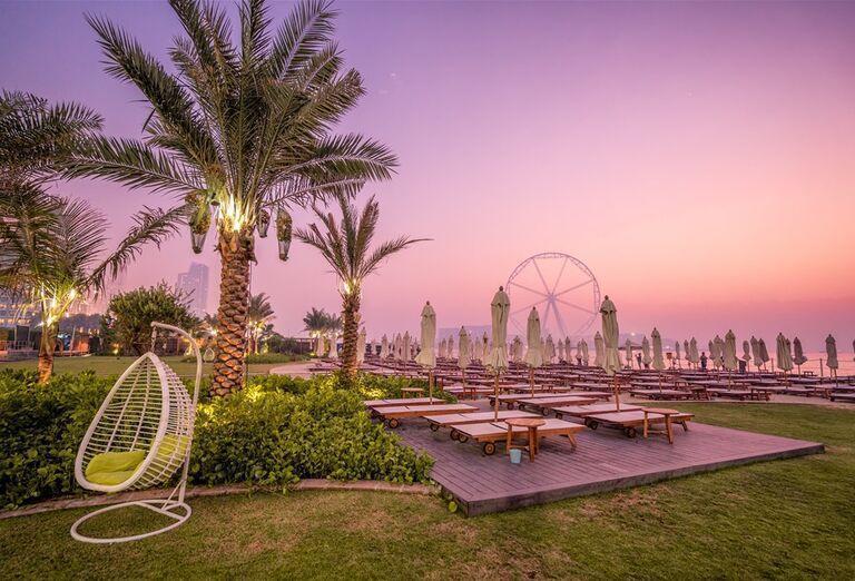 Ležadlá pri pláži v hoteli Rixos Premium Dubai