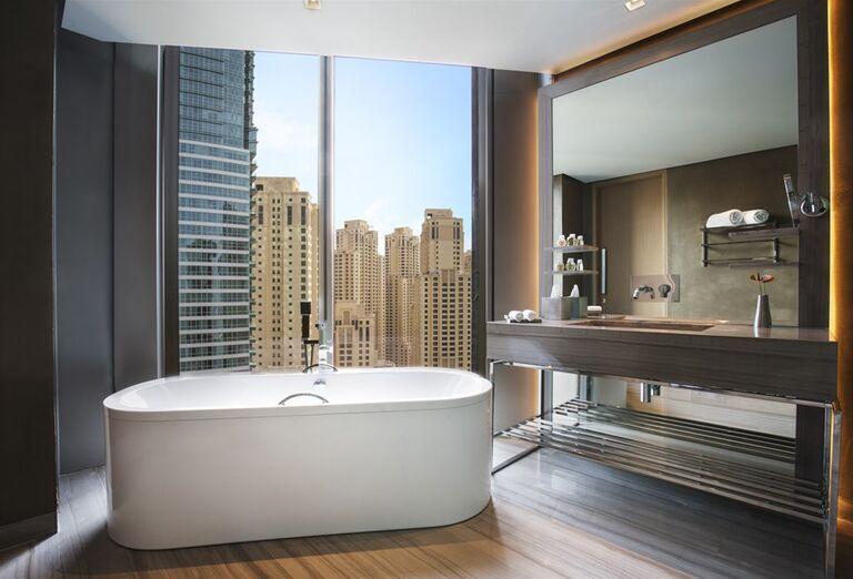 Kúpeľňa s preskleneným výhľadom v hoteli Rixos Premium Dubai