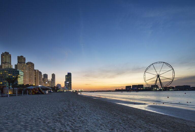 Večerný pohľad na pláž pred hotelom Rixos Premium Dubai