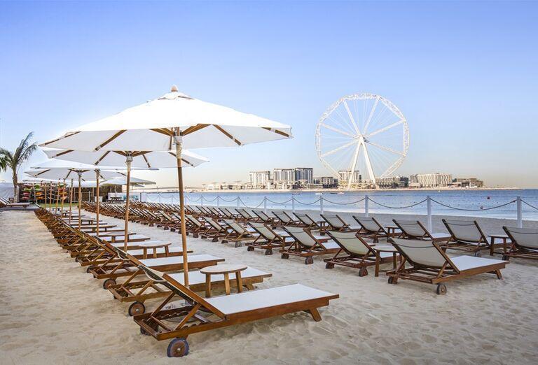 Ležadlá so slnečníkmi na pláži pred hotelom Rixos Premium Dubai