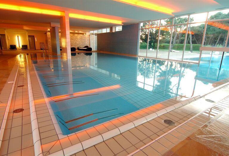 Vnútorný bazén v hoteli Falkensteiner Club Funimation
