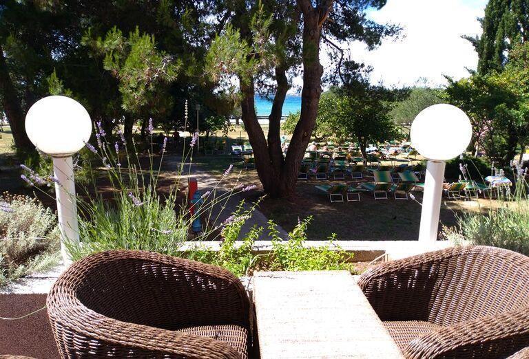 Posedenie na terase s výhľadom na more v hoteli Donat