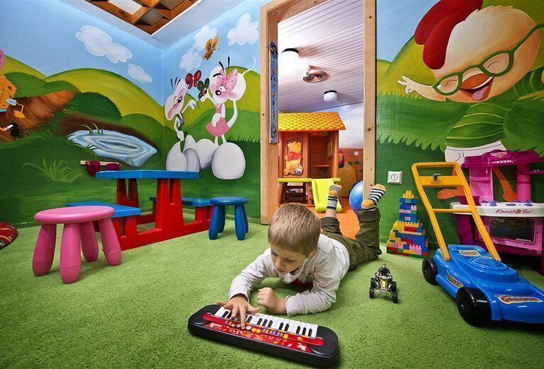 Chlapec  hrajúci sa s klavírom v detskom kútiku