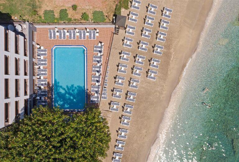 Pohľad z výšky na pláž hotela Floria Beach