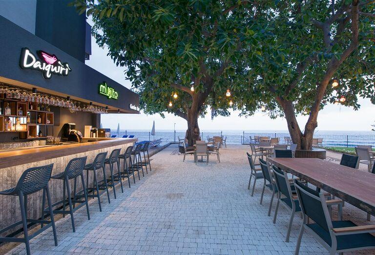 Bar s výhľadom na more v hoteli Floria Beach
