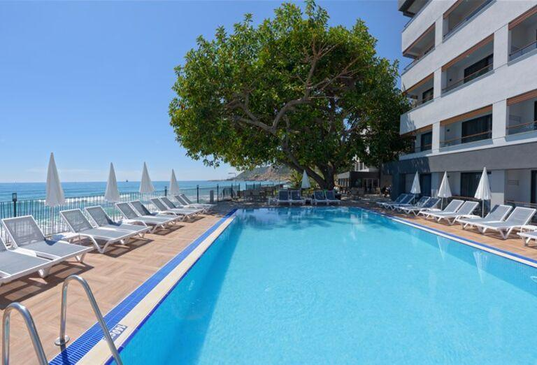 Bazén pred hotelom Floria Beach