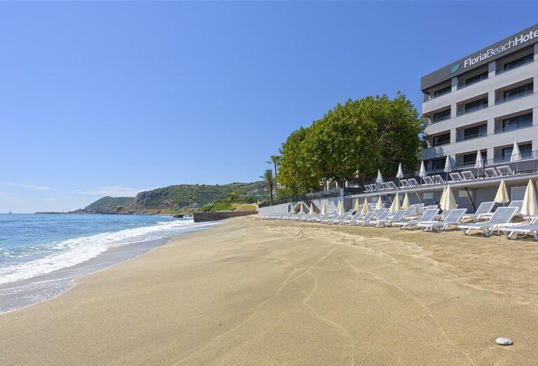 Piesková pláž pred hotelom Floria Beach