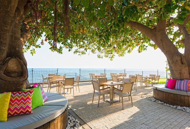 Posedenie v hoteli Floria Beach