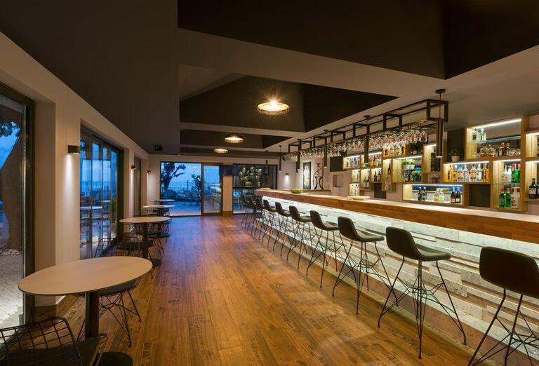 Lobby bar v hoteli Floria Beach