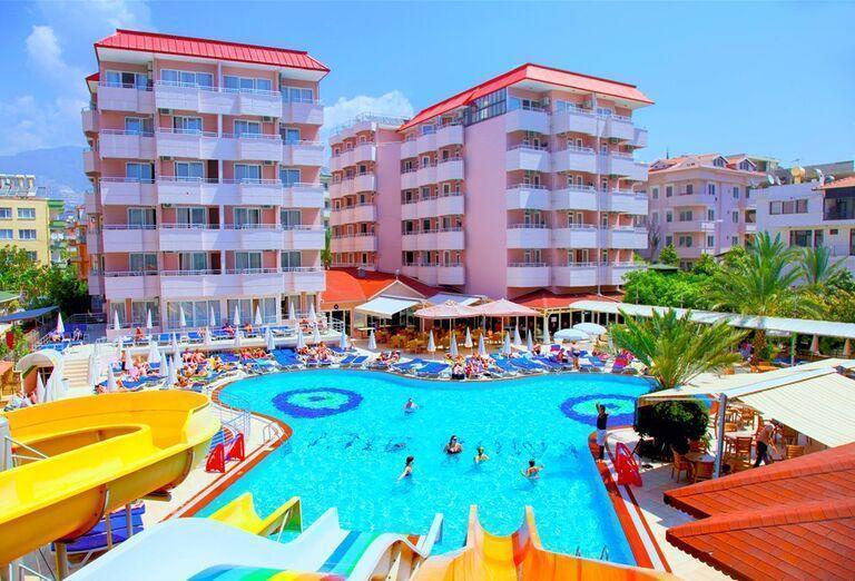 Bazén pred hotelom Kahya