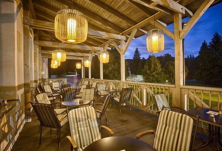 Večerné posedenie na terase hotela Pod Lipou Resort