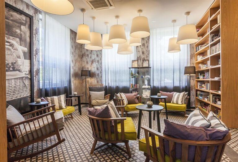 Posedenie pri knihe v hoteli Pod Lipou Resort