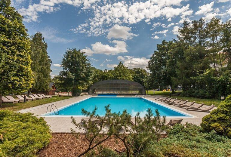 Pohľad na vonkajší bazén v hoteli Pod Lipou Resort