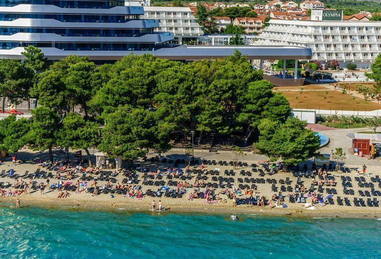 Pláž pred hotelom Olympia Sky