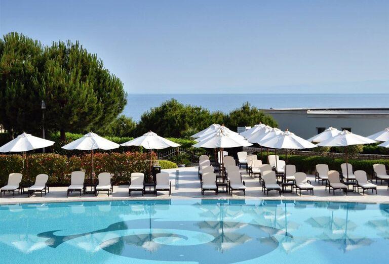 Bazén a lehátka - Kempinski Hotel Adriatic