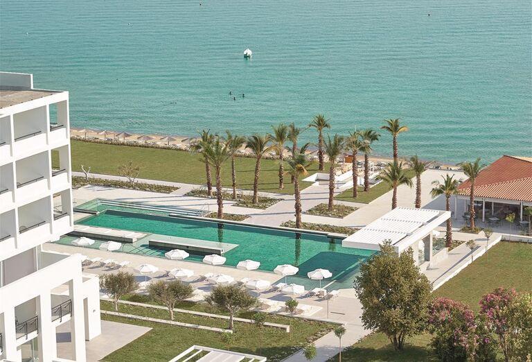 Bazén v hoteli Pella Beach Grecotel Premium Resort