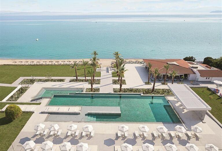 Bazén a ležadlá v hoteli Pella Beach Grecotel Premium Resort