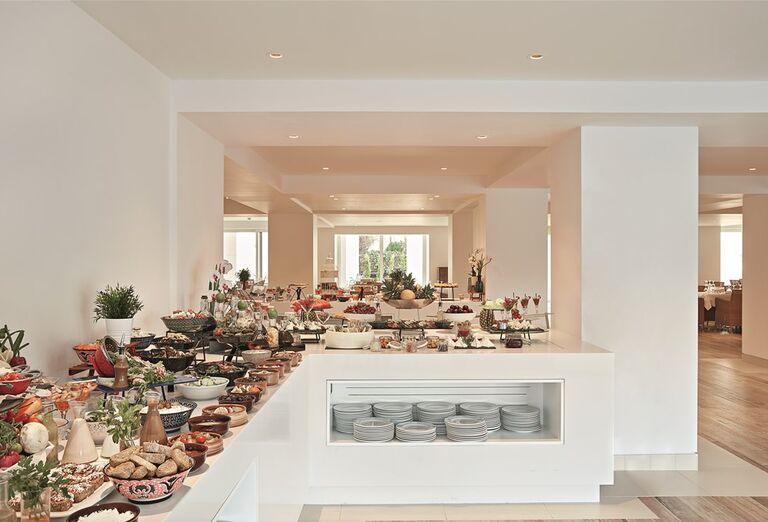 Śvédske stoly v hoteli Pella Beach Grecotel Premium Resort